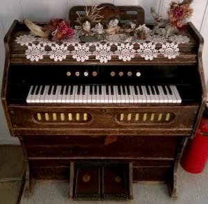 Norsk_Orgel-Harmoniumfabrikk_harmonium_(clip)_-_Holm_camping,_Bindal,_Norway,_2014-07-24_(photo_by_Henning_Klokkeråsen)